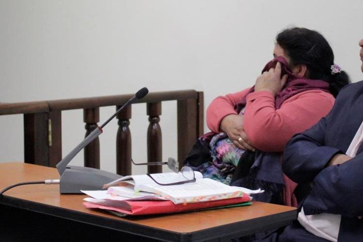 """Rosa Elvira Colop escucha la decisión del Juzgado """"A"""" de Primera Instancia Penal de Quetzaltenango. (Foto Prensa Libre: María José Longo)."""