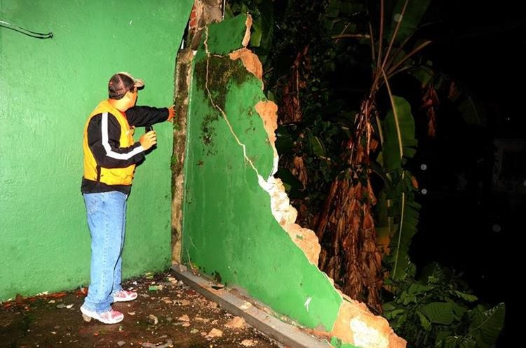 Personal de CONRED verifica los daños del muro perimetral del museo de Arqueología y Etnología en Retalhuleu. Foto Prensa Libre: Rolando Miranda.