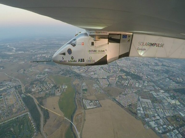El avión solar sobrevuela Sevilla, España luego de cruzar el Atlántico. (EFE).