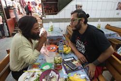 Alan Estuardo Sánchez -de playera negra - comparte con una persona que se identificó como Adolfo. (Foto Prensa Libre: Erick Ávila).