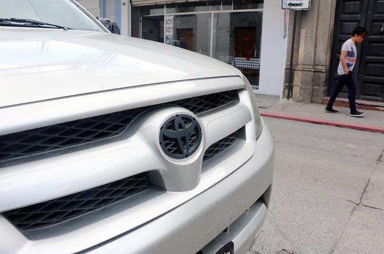 Uno de los vehículos que le robaron los emblemas cuando se encontraba a un costado de la Gobernación Departamental. (Foto Prensa Libre: Carlos Ventura)