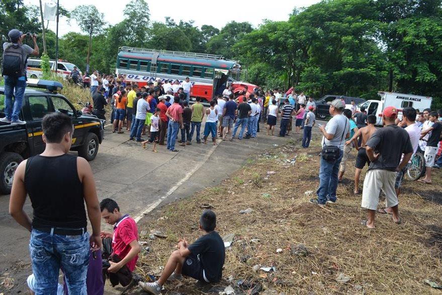Algunos pasajeros resultaron con crisis nerviosa después del ataque. (Foto Prensa Libre: Jorge Tizol)