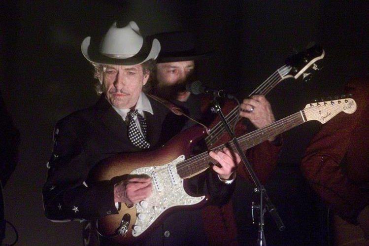 Foto tomada en febrero de 2002, durante la presentación de Dylan en la 44 edición de los Grammy. (Foto Prensa Libre: AFP)
