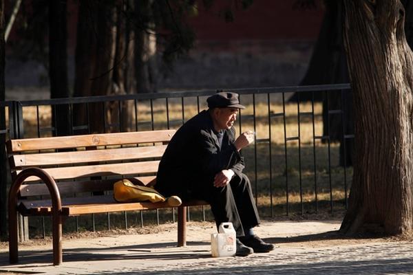 <p>Este mandato pretende ayudar a los ancianos que se sienten abandonados por sus familias. (Foto Prensa Libre: AP)</p>