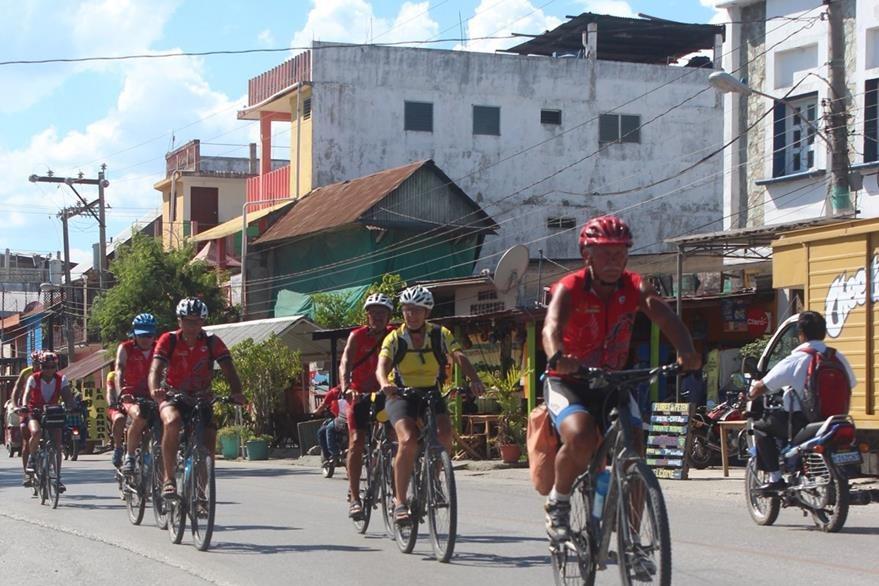 Los franceses se internaron en las comunidades de Petén antes de continuar su ruta hacia Panamá. (Foto Prensa Libre: Rigoberto Escobar)