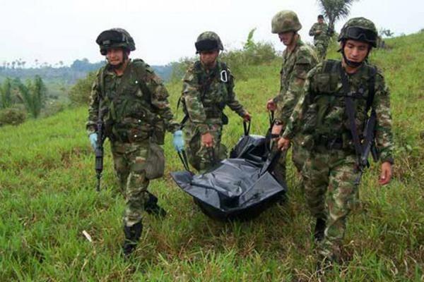 En la imagen de referencia, soldados trasladan a un compañero muerto en los combates. (Foto Prensa Libre: Internet).