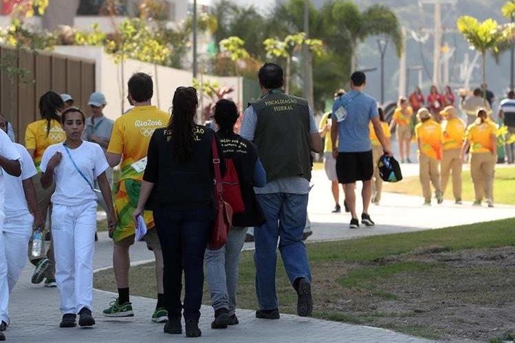 Los fiscales brasileños realizan la inspección en la Villa Olímpica. (Foto Prensa Libre: EFE)