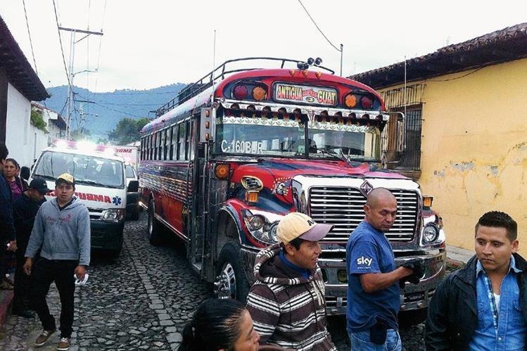 El autobús de los transportes Esmeralda que fue atacado a balazos en Antigua Guatemala, Sacatepéquez. (Foto Prensa Libre: Miguel López)