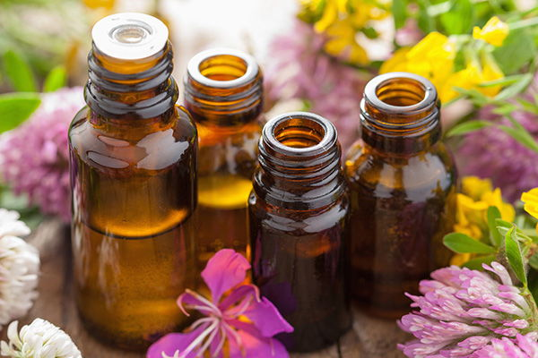 Los aceites esenciales, derivados de productos naturales, conservan la belleza de piel y cabello.