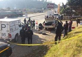 Dólares decomisados son contabilizados por peritos del Ministerio Público, en Chimaltenango. (Foto Prensa Libre: Víctor Chamalé)