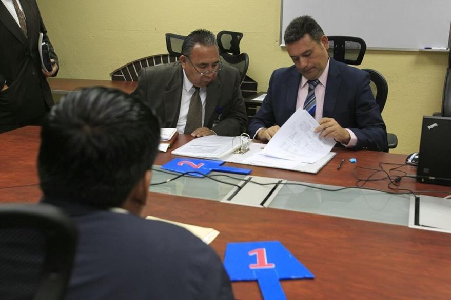 Funcionarios de Senabed y representante de la empresa ganadora de la subasta de aguacates Hass. (Foto Prensa Libre: Carlos Hernández)