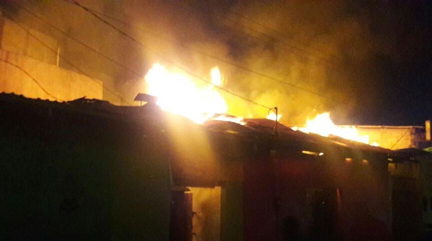 Fuego destruye locales comerciales en Nebaj. (Foto Prensa Libre: Héctor Cordero).