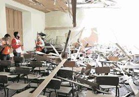 El techo de varias aulas del Invo, en Xelajú, se cayó y las paredes quedaron agrietadas. Ese edificio fue declarado monumento histórico del país en 1972. Foto Prensa Libre: María José Longo.