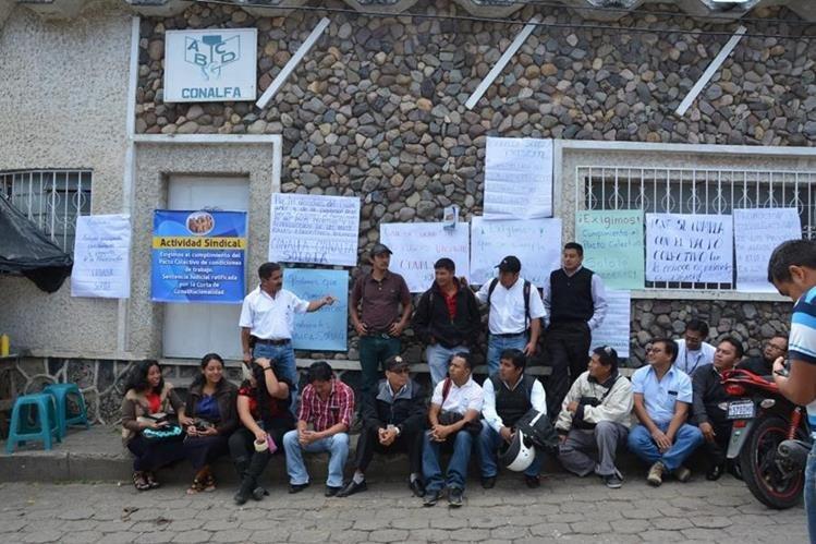 Protesta de empleados de Conalfa en Sololá. (Foto Prensa Libre: Édgar Sáenz).