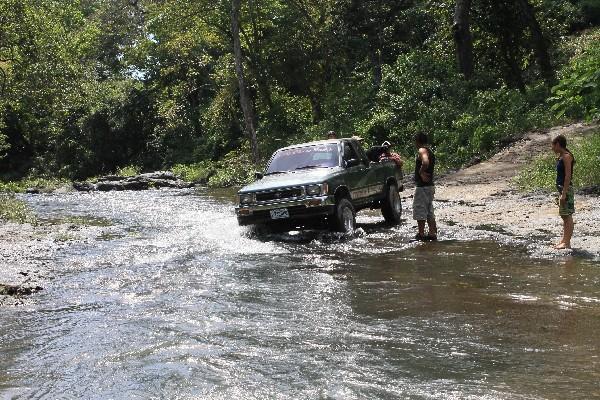 Un vehículo atraviesa  el río   La Puerta, en Guanagazapa, Escuintla, donde solicitan la construcción de un puente.