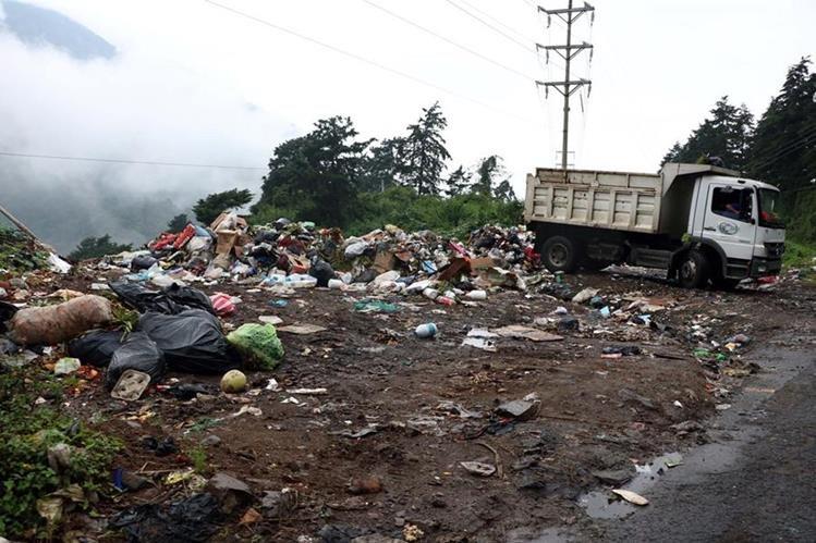 Un camión descarga basura en una zona boscosa a orillas de la carretera Cito Zarco. (Foto Prensa Libre: Carlos Ventura)