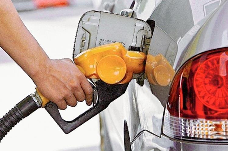 Combustibles aumentan su precio en el país, expendedores argumentan reposición de inventarios.