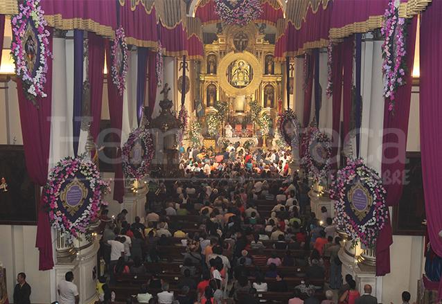Durante el mes de octubre la basílica es adornada profusamente con cortinas y flores. (Foto: Hemeroteca PL)