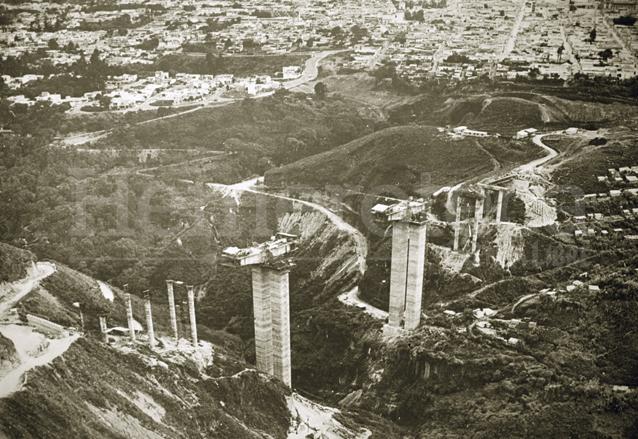 Durante la administración municipal de Manuel Colom Argueta se proyectó un ambicioso proyecto urbanístico viendo hacia el futuro. En la imagen construcción del Puente El Incienso, el mayor de Centroamérica en dicha época.  (Foto: Hemeroteca PL)