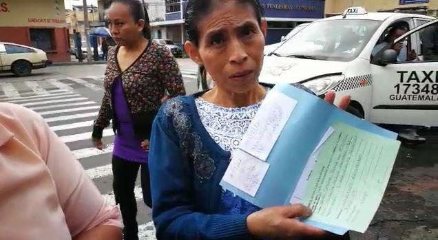 Isabel Ordóñez viajó desde Quiché y encontró cerradas las puertas. (Foto Prensa Libre: Érick Ávila)
