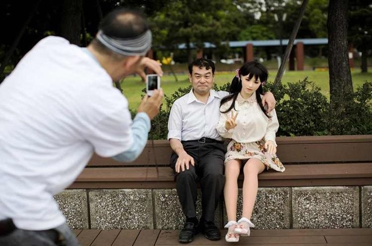 Masayuki Osaki se toma una fotografía con Mayu, durante un paseo al parque.