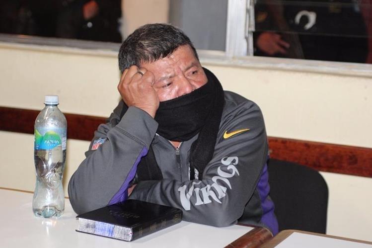 Cornelio Chilel escucha la sentencia por delitos como evasión, lesiones y usurpación. (Foto Prensa Libre)