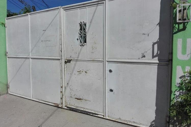 El portón de ingreso a la vivienda del alcalde tiene cuatro perforaciones. (Foto Prensa Libre: Hugo Oliva)