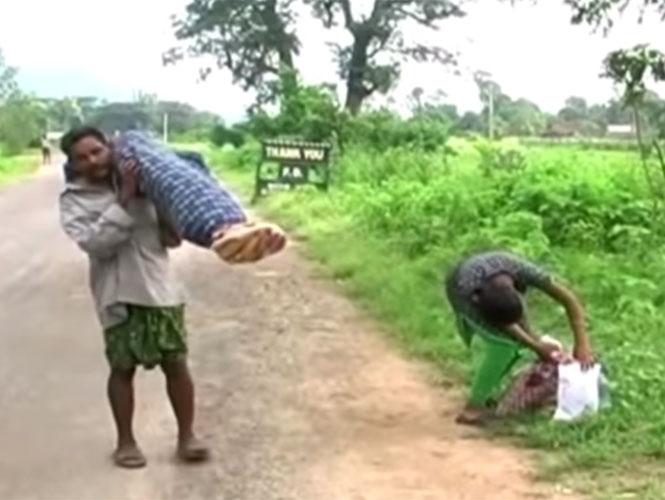 Dana Manjhi carga con el cadáver de su esposa, su hija recoge las pertenencias. (Foto: YouTube).