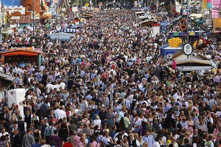 La tradicional feria de la cerveza alemana abrió sus puertas este sábado para recibir miles de visitantes.