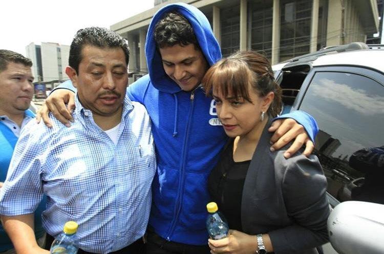 Meda Maldonado saluda a los abogados que los defenderán. (Foto Prensa Libre: Carlos Hernández)