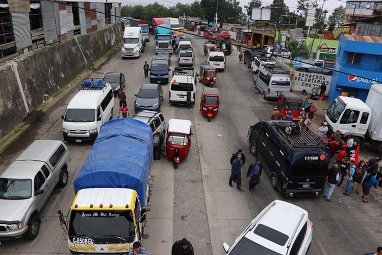 Largas filas de vehículos se formaron en el km 110, Chupol, Chichicastenango, Quiché. (Foto Prensa Libre: Ángel Julajuj)