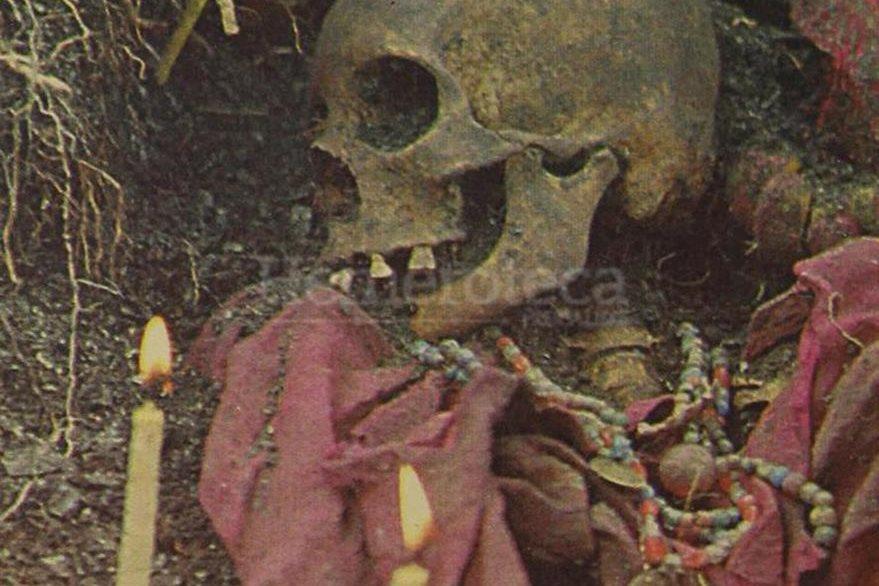 El equipo de antropología forense de Guatemala exhuma 177 osamentas de mujeres y niños de un cementerio clandestino en aldea Río Negro, Rabinal, Baja Verapaz. (Foto: Hemeroteca PL)