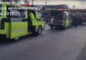 Bomberos Municipales acudieron a la emergencia donde tres niñas resultaron heridas en un accidente de tránsito en la ruta al Atlántico. (Foto Prensa Libre: Amílcar Montejo)