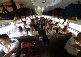 Los policías viajan este viernes a los centros más lejanos del país. (Foto Prensa Libre: Erick Ávila)