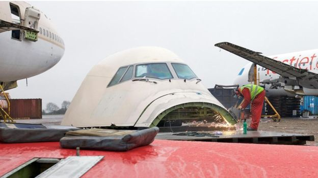 Los ingenieros desarman cada avión pieza por pieza. RICHARD GRAY