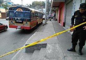 Agentes de la PNC resguardan autobús atacado a balazos en la zona 18 de la capital. (Foto Prensa Libre: Estuardo Paredes)