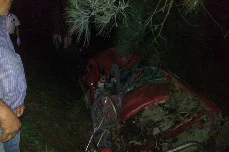 En el accidente entre un picop y una motocicleta también resultaron heridas cuatro personas, entre ellas dos menores. (Foto Prensa Libre: Cortesía).