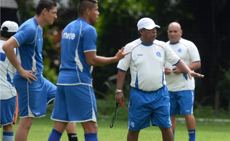 El técnico hondureño Ramón Maradiaga dio la lista de convocados de la Selección de El Salvador. (Foto Prensa Libre: Hemeroteca)