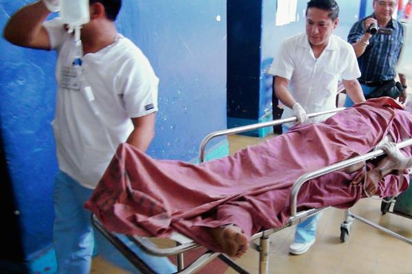 Uno de los heridos es ingresado al Hospital Nacional de Mazatenango. (Foto Prensa Libre: Melvin Popá)