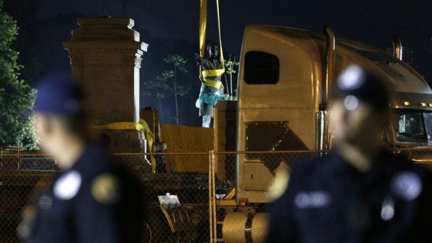 Durante la remoción del monumento a Jefferson Davis hubo fuerte presencia policial. REUTERS