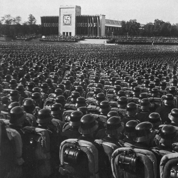 El Nazismo obligó a mentes brillantes como Noether y Einstein a abandonar su país. BBC/LAURENCE REES/ ARCHIVOS NACIONALES DE EE.UU.