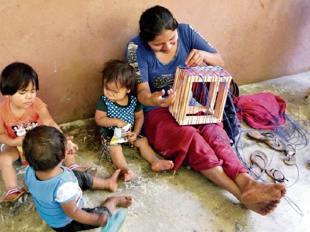 Mujeres acudieron al curso, el cual duró un mes, acompañadas de sus hijos. (Foto Prensa Libre: Rolando Miranda)