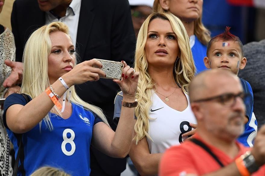 Ludivine Payet (derecha) observa a su esposo, Dimitri Payét, con la Selección de Francia. (Foto Prensa Libre: AFP)