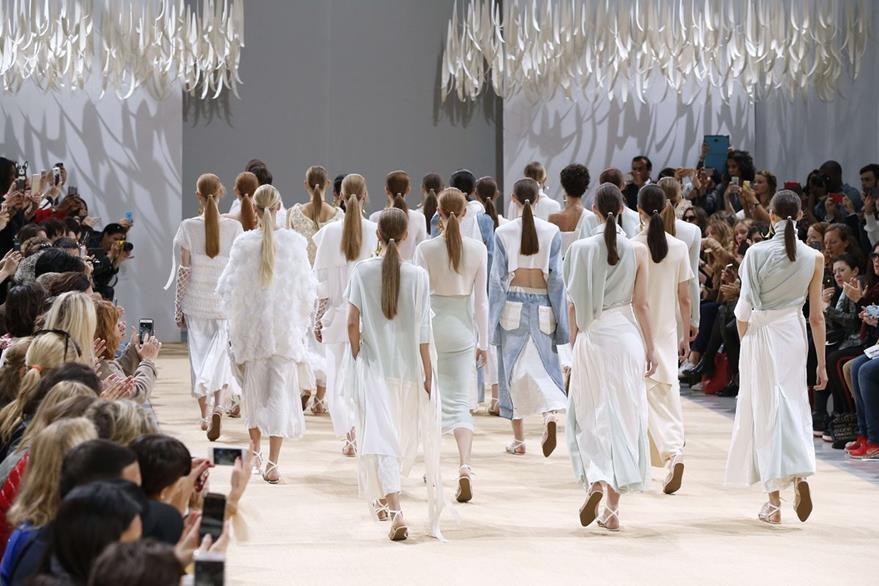 Allude utilizó sandalias en toda su colección ofreciendo así un estilo más relajado y discreto. (Foto Prensa Libre: AFP).