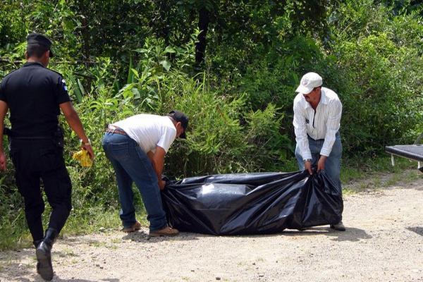 <p>Empleados de una funeraria trasladan a la morgue cadáver de Ramiro Pérez Galicia. (Foto Prensa Libre: Hugo Oliva)<br></p>