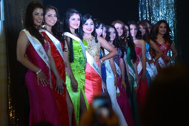 Las candidatas se presentaron en traje de gala. (Foto Prensa Libre: Álvaro Interiano)