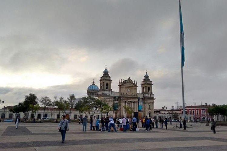 Grupo cristiano participa de una jornada de oración en la Plaza Central. (Foto Prensa Libre: Palo Raquec)