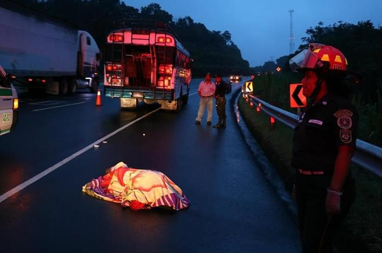 Mario Charuc, ayudante de la unidad, intentó escapar pero fue baleado. (Foto Prensa Libre: Enrique Paredes)