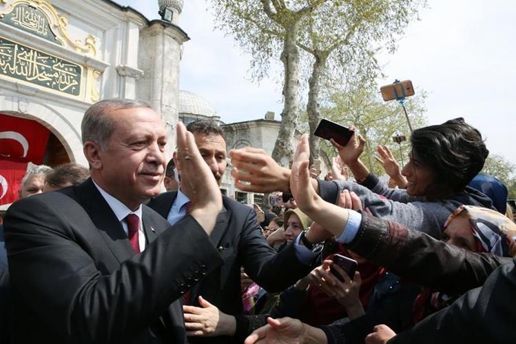 Recep Tayyip Erdogan, presidente turco, celebra con seguidores el triunfo del sí en el referendo constitucional. (Foto Prensa Libre: AFP)