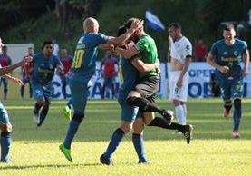 Cobán Imperial se encargó de endosarle su tercera derrota consecutiva a Comunicaciones, en el último partido de la novena fecha del Apertura 2017 (Foto Prensa Libre: Eduardo Sam)